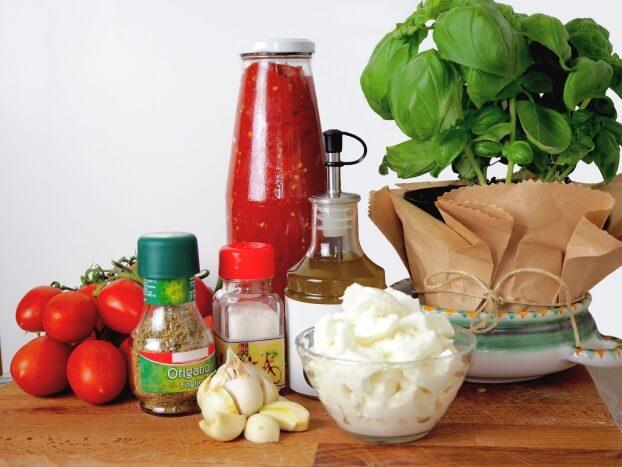 ingredienti per pizza margherita e pizza marinara